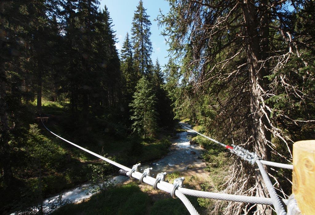 Tyrolienne dans le parc aventure à bourg d'oisans