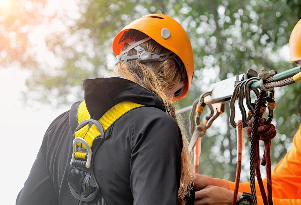 Démonstration de l'assurage pour le parcours de test dans le parc aventure à Oisans
