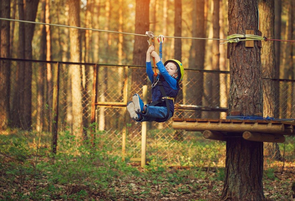 Tyrolienne sur le parcours enfant du parc aventure oisans