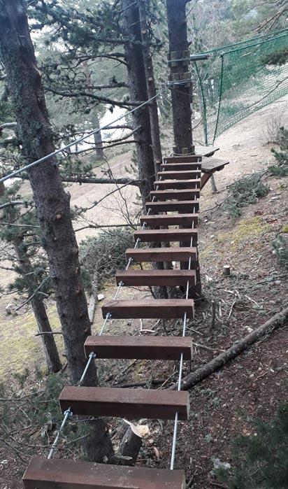 Pont en bois traversant dans le Parc Aventure Bourg Oisans